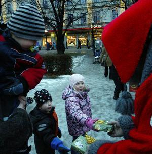 Bergsjötomten fick julklappar av Ella och Carl Whitlock, det var deras egenhändigt tillverkade pärlplattor att hänga i granen. Bergsjötomten berättade att han brukar få julklappar och att det värmer eftersom det visar att barnen både tror på och tycker om tomten.