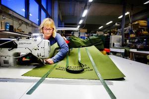 Helena Höglund syr en av Lindevalls storsäljare. En väska som används av den amerikanska militären.Foto: Ulrika Andersson