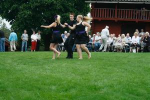 Alexis Näslund dansar dubbelbugg med Rebecca Johansson och Linnéa Mattisson.