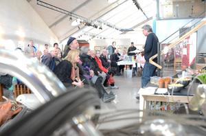 Fullt fokus på Björnjägarn. Och hans konstnärskap. Sten Björnulfsson höll i invigningen av utställningen om Nils Björnjägarn Rundgren. Och vernissagen intresserade många människor.