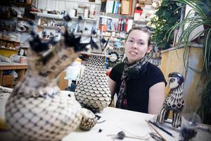 """Linda Svedberg i Keramikverkstaden i Lugnvik. """"Jag älskar att vara här och idéer är det aldrig brist på"""" säger Linda som försöker vara i verkstaden tre dagar i veckan.Foto: Anna-Karin Pernevill"""
