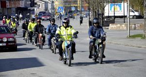 Vårkänslor. I samlad tropp gjorde Mopedveteranderna Gnistan, MVG, sin premiärtur genom centrala Hällefors.