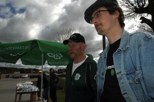 Miljö. Centerns Lars-Erik Larsson och Emil Nilzon pratade miljöfrågor med marknadsbesökarna.