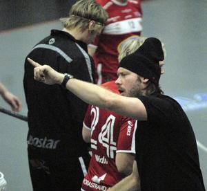 Tillsammans med Kimmy Dalbjer ska Karlsson lotsa sitt lag mot toppen. Här är det matchcoachen Dalbjer som pekar ut vägen dit.