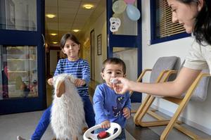 Välbesökt. Familjecentralen brukar dra 20-40 barn och föräldrar varje dag, här Alvin Samadov och Ayan Samadova med mamma Maila Qardazova.