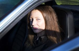 Petra Pålsson i sin Porsche.