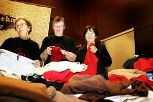 LOPPIS GER IFFI PENGAR. Anna Kuosmanen och Sonja Andersson viker kläder till försäljning tillsammans med Nadja Tserr från Kazakstan som har bott i Hofors i tre år. De är alla tre engagerade i den lokala avdelningen av föreningen för invandrade kvinnor, IFFI.
