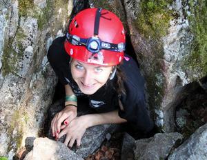 Elin Sundberg kommer ut ur en grotta efter en lite skrämmande och instängd upptäcktsfärd under jord.