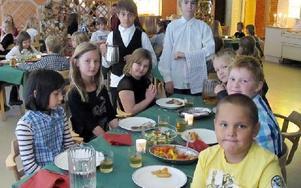 Matgästerna runt bordet serveras av Nelson Härdelin och Olle Karlström som tycker det är roligt. Sittande runt bordet är från vänster Sandra Sundgren, Alexandra Carlsson, Annica Yvonne Björklund, Olle Lundin, Magnus Andersson och längst fram Marcus Dahlgr