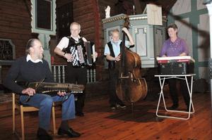 En polka från Uppland var en av de låtar den lokala gruppen Blårök spelade upp till.