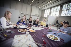 Isabelle Eriksson, Emmy Birkemo, Agnes Thofelt Danielsson, Ida Nilsson, Emma Nilsson och Osama Ashmawi gjorde smycken av olika slag.