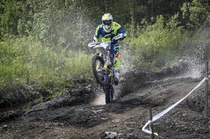Joakim Ehnberg, Njurunda, går upp på bakhjulet i sin jakt på Joakim Grelsson.