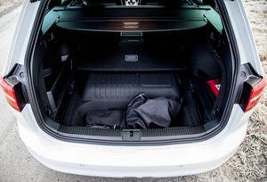 Batteriet är placerat under golvet framför bakvagnen och tar därmed ingen plats från bagageutrymmet. Laddkablarna stuvas in under bagagerumsgolvet.