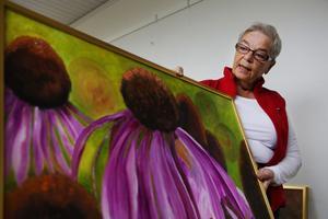 Gun Rohlertz gillar att måla stora tavlor och med starka färger. Här oljemålningen Rudbeckia.