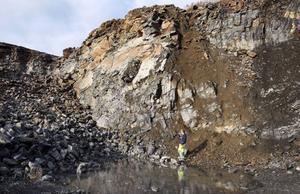 Två gånger om år gör företaget en jättesprängning där 18000 kubik sten och grus frigörs. Det räcker till ett halvårs produktion.