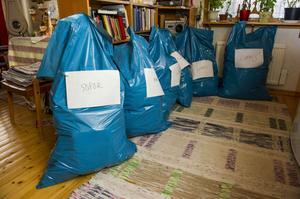 Väl märkta säckar med exempelvis sopor och loppis.