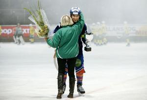 Bollnäs lagkapten Andreas Westh får ta emot bucklan av LBK:s ordförande Yvonne Oscarsson.