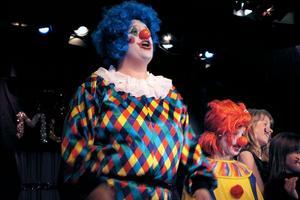 Mellan de olika numren försöker clownerna Emilia Hälsing, Leija Magnusson och Sofie Widarsson med stor möda att städa upp.