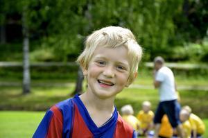 Glada miner. Viggo, 6 år tycker att fotbollsskolan är det bästa på hela sommaren.