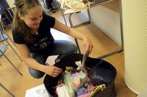Pysselpåse. Sofia Troedsson letar efter tuschpennor för att kunna göra karttecken till en övning på Solskolan.