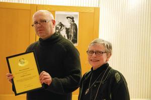 Torbjörn Aronsson tilldelades 2017 års hedersomnämnande och diplom för sina artiklar i Länstidningen, av Aksel Lindström Sällskapets ordförande Kerstin Ellert.