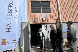 Invigning. Lotta Öhlund, (MP), ordförande i Drift- och servicenämnden invigde tidigare i dag Hallsbergs nya cykelslinga och Hallsbergs kommuns första cykelbytardag i Sydnärkehallen. Foto: Tove Svensson
