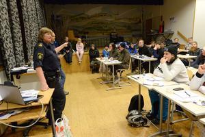 Skoterutbildning för förarbevis med information av polis.
