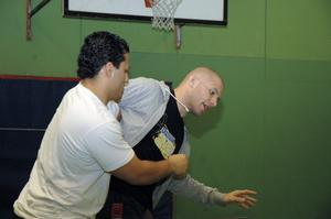 Instruktören Anders Heydorn (till vänster) visade med hjälp av Ako Kiyani hur kamsporten kan utövas.