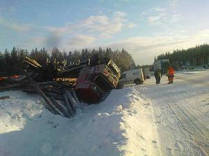 Timmerbilen hamnade i diket efter olyckan.