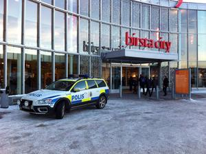 Flera butiker drabbades vid det fräcka inbrottet under julruschen.