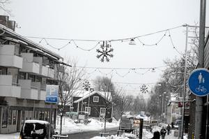 Uppskattat. De uppskattade julgirlangerna bland annat på Bergmästaregatan i Kopparberg får inte vara kopplade till Trafikverkets stolpar. Därför måste belysningen tas bort.