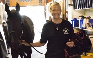 Helena Johansson är lärling på Svante Båths gård med 50 hästar i Solum.