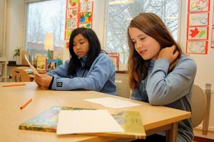 Levande språk. Bambi Norman och Ellinor Almeby, 12 år, berättar för varandra vad de precis har läst.
