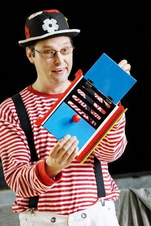 – Ofta köps det in teater- och musikföreställningar för förskolebarn. Jag fick en spontan idé att göra en gratis trolleriföreställning i stället, säger trollkarlen Niclas Segelbranth.