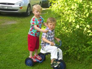 Kusinerna Noel och Elias gillar att leka tillsammans.