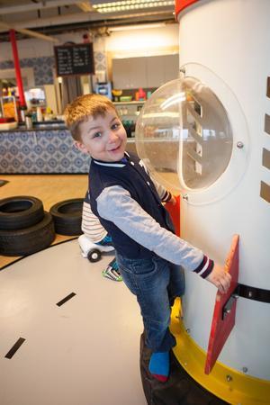 Josef Ibrahim, fem år, tittar på rymdraketen.