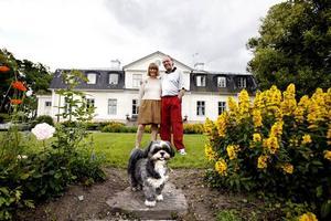 Sandvikens dyraste hus. Ägarna Ragnhild och Sune Bergström har inte längre den ork som krävs för att hinna med det 600 kvadratmeter stora huset med flyglar, uthus och två hektar parkmark.