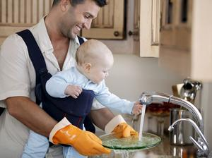Bär med dig barnet där hemma. En bra bärsele är bekväm för både den vuxne och för barnet.