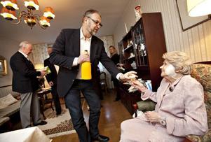 Skönsjungande karlar för en 100-åring. Med delar ur Gefle Drängar fick Regina Plantin avnjuta sin 100-åriga födelsedag.