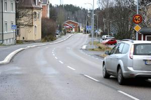 40 kilometer i timmen genom bland annat Järved –något som irriterar folk bakom ratten mer än ökar säkerheten på vägarna, enligt insändarskribenten.