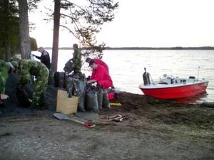 Hemvärnet fick under torsdagen rycka ut till Hammerdal när vattennivån i Edesjön steg så mycket att vattenverket hotades och man fick sätta igång och bygga vallar med hjälp av sandsäckar.