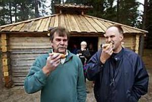 Foto: LARS WIGERTNöjda byggare. Per Arne Nygren och Leif Bäcker är nöjda med den nya grillstugan som de byggt tillsammans.