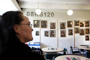 Lena Wennberg vid sina fyrtio fiskargubbar i förvaltningshusets café.
