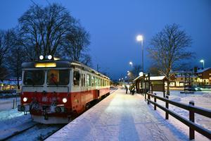Pendeltåget framme vid Morastrand där det väntar på resenärer.