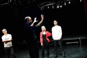 """Planer för pjäsen. Regissören Rolf Berlin berättar om pjäsen. """"Det är ett maniskt tempo med snabba klipp. Chattandet, musiklyssnandet och sms-knappandet sker samtidigt"""", säger han. Till vänster manusförfattaren Max Hebert och till höger skådespelarna Amanda Jansson och Bill Sundberg."""
