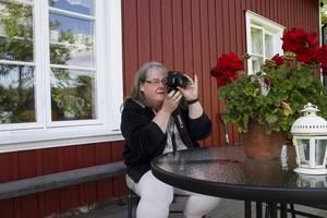 Inte ens under intervjun kan Carola låta bli att ta en bild.