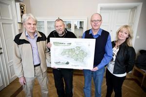 Kartan över Lungön, som delvis bygger på gamla uppgifter, ska hängas upp i Rådhuset. Här syns från vänster Lars Högberg, Uno Gradin, Göran Norlander och kommunsekreterare Jeanette George.