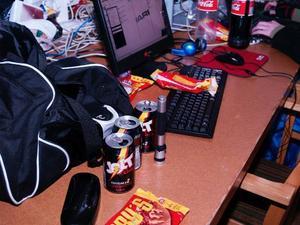 Mat. Födointaget är inte det bästa under LAN. det handlar mest om piroger, pizza och coca-cola. Foto: SANDRA MATTSSON
