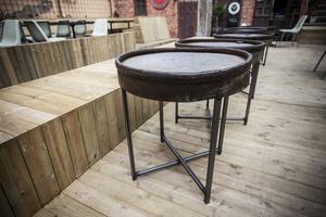Med generös sittyta på träbänkarna ryms fler kring de små serveringsborden som står utspridda.