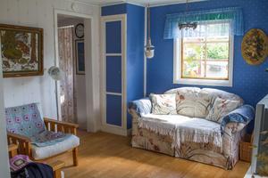 Mysigt vardagsrum. Inne i stugan finns ett litet kök med bland annat kylskåp, spis, frys och mikro.  I vardagsrummet kan Augusto sitta och titta på TV om kvällarna när han vill. Det tredje rummet är ett litet sovrum  med somriga gardiner.
